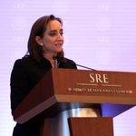 Claudia Ruiz Massieu encabezó la protesta de 35 integrantes del Servicio Exterior Mexicano. http://t.co/Jzy9Lcei5h