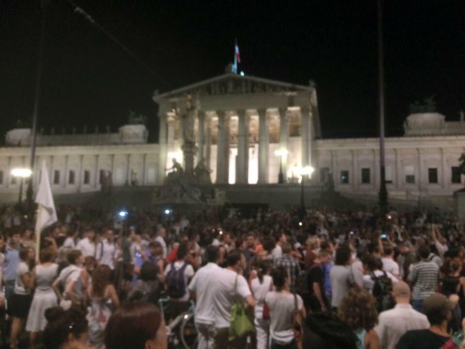 ٢٠ ألف متظاهر في النمسا عند برلمانهم، دعماً لمساعدة اللاجئين السوريين، وضد حادثة وفاة حول ٧٠ لاجئ اختناقاً في شاحنه. http://t.co/HbaHqWT4V8