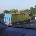 07.30 Imbas Truk pasir pecah ban di Tol Bekasi arah Cawang KM 11.400, lalin padat. http://t.co/nK6ubqc1ig @Yudiotc