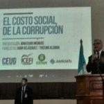 .@Ivan_Velasquez_ expone en foro #CostoCorrupcion que se realiza en la #Usac. Foto: Estuardo Paredes. http://t.co/Xni0cjRvBe
