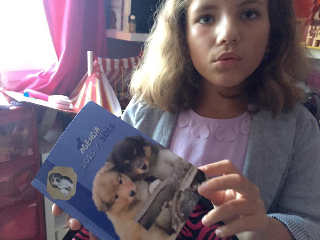 Léane entre en CM2, elle a choisi un agenda avec des petits chiens 'parce qu'elle aimerait bien en avoir un'