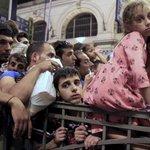 Flüchtlinge am Budapester Ostbahnhof: Auf Gleis 8 fährt jetzt ein - Hoffnung http://t.co/dBFjnKrIxC http://t.co/LnOoH5iTEI