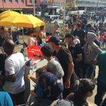 Freundlicher Empfang in #München: Viele Privatleute helfen Flüchtlingen am Hbf mit Erstversorgung. #Flüchtlinge http://t.co/5MEnFUjjqk