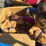 Spielzeug nach der langen Reise: Helfer in #München haben für Flüchtlingskinder Plüschtiere mitgebracht #Flüchtlinge http://t.co/Q7P3QrbC3S