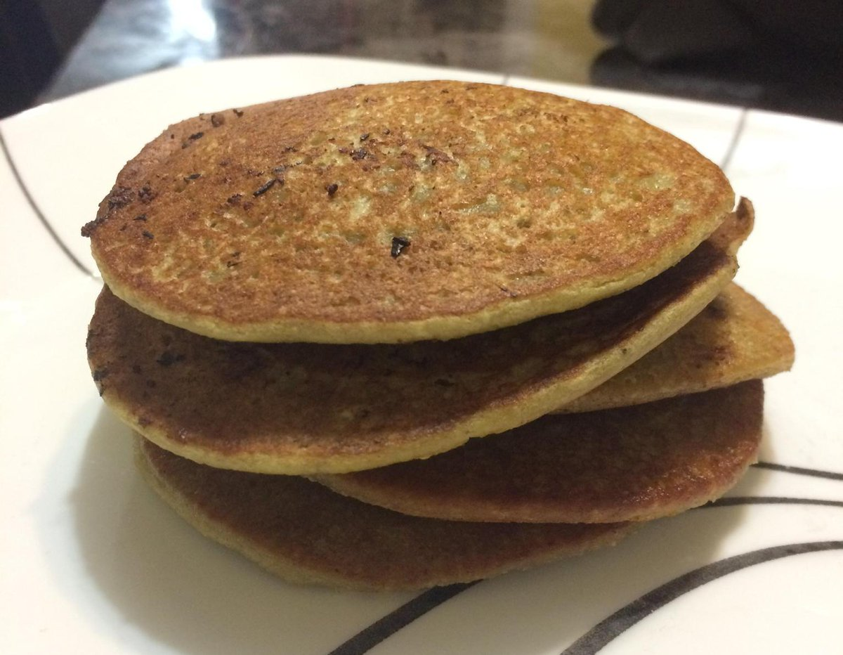 3 ingredient pancakes at 1am! Banana, oatmeal ground into flour, and almond milk. (I added some vanilla bean too!) http://t.co/t0vE0bgbFR
