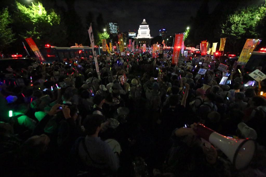 物凄い数の人が国会正門前の車道上で抗議しています - 2015.9.14 『戦争法案に反対する国会前抗議行動』 http://t.co/VVPq1QontV