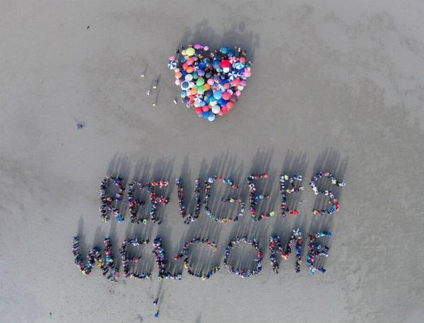 Incredible aerial view of yesterday's giant #refugeeswelcome on Dublin's Sandymount organised by NGO coalition http://t.co/vHTvVNUrE5