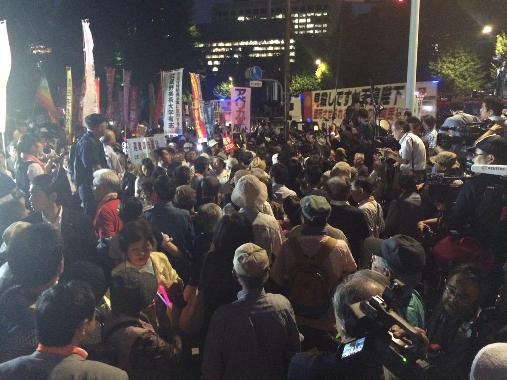 国会正門前、人で溢れそうです。 http://t.co/VMYW3XtCDo