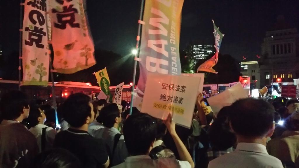 国会議事堂前、最前線。憲法守れ! http://t.co/aSzBqoLc3O