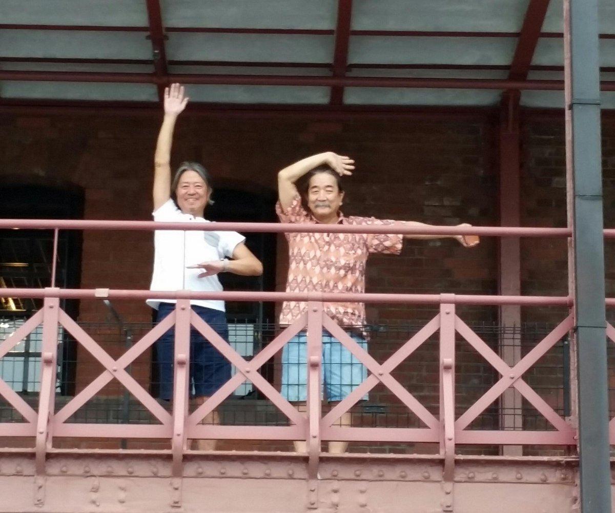 横浜赤レンガ倉庫に出店していた『パイドパイパーハウス』撤収作業現場におじゃましました。2015年夏に忽然と現れた伝説のレコード屋さん。次に幻の街角で会えるのはいつかな?別れ際に山中さん、長門さんの手旗信号?に応えて別れのダンスを!! http://t.co/Qn0PD89Fwc