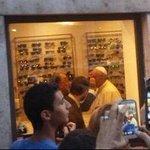 El @Pontifex_es revolucionó una óptica romana cuando fue a cambiar sus lentes http://t.co/ywXaDymIia http://t.co/cgcXSlu1GG