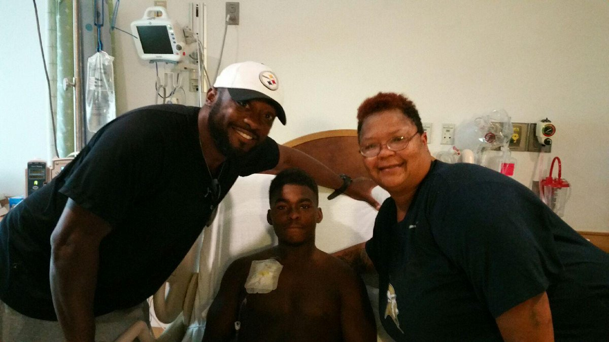 Classy move by Steelers and Mike Tomlin.  Visited Aliquippa RB DiMantae Bronaugh who's battling leukemia. http://t.co/5vzCn0NLQW