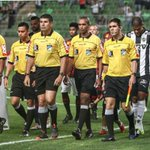 Comissão de Arbitragem afasta auxiliares de Corinthians x Flu e Atlético-MG x Atlético-PR. http://t.co/mb5oCyEw75 http://t.co/14YB93OzA1