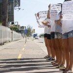 Alunas de escola do Rio se manifestam pelo direito de usar short em aula. http://t.co/850TN9KlO9 http://t.co/xZTigRLaRk