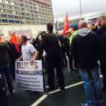 Main road blockaded outside #Carillion Royal #Liverpool Hospital construction site by 100s of #blacklisted workers http://t.co/NxVAvUXZQ0