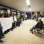 Vluchtelingen blij met warm welkom in Americahal: APELDOORN - Surrealistische taferelen,… http://t.co/7620IT1EyC http://t.co/8UxvSaIzZG