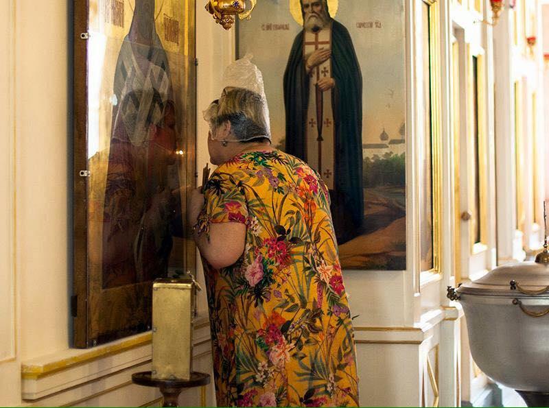 Почему женщина в церкви в платке