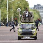Rowan Atkinson, o Mr. Bean, passeia com minicarro em Londres; veja fotos http://t.co/am57R5xndr #G1 http://t.co/dGDONKxUAk