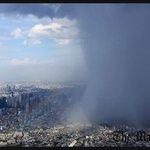 http://t.co/UC11ujbPEk 大気の状態が不安定になった影響で東京都心では午後、雨脚が強まり雷を伴った激しい雨が降りました。局地的に雨雲が都心を覆い、虹がかかる光景も上空のヘリから見られました。 http://t.co/qLj8C4ynQI
