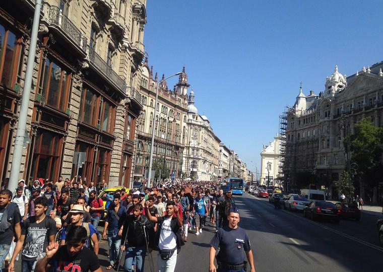 #Budapest #Hungary: 1K #refugees start walking from #Keleti train station to #Vienna: http://t.co/DgyCf68Mrc. http://t.co/177QjXUjyN