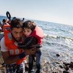 Os deseamos 1 buen finde con una imagen positiva de un rescate. No todo es muerte, también hay esperanza #refugiados http://t.co/PFe8x5zBKS