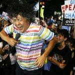 http://t.co/1zh9RVQxHt 金曜夜恒例の安保法案反対の国会前集会。きょうのゲスト、脳科学者の茂木健一郎さんはマイクを手にすると、法案に反対する歌を熱唱しました。集会の様子を9枚の写真特集で。 #SEALDs http://t.co/wxHQi0hqH1