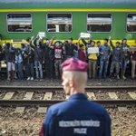 #ÚLTIMAHORA 300 refugiados huyen del tren en el que permanecían parados cerca de Budapest http://t.co/gLA9AT8mkm http://t.co/f6Bu3WXuDO