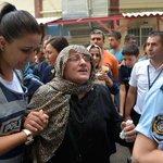 PKKlı teröristlerin şehit ettiği polisin kayınvalidesi:CB ve başbakan gelip canını geri versin http://t.co/O2KhfrZSV0 http://t.co/Ak0p0I08GD