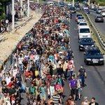 Cientos de refugiados en Hungría parten hacia Occidente a pie. http://t.co/l184tcqwgv http://t.co/48CycxqQUJ