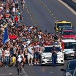 Avrupada mülteci krizi büyüyor, yüzlerce kişi Macaristandan Avusturyaya yürüyüşe geçti http://t.co/70UceN22Ag http://t.co/QWYRo41MUn