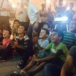 Suriyeli mülteci çocukları Macar gönüllüler tarafından organize edilen bir çizgi film gösterisini izliyorlar. http://t.co/InKxqTBc6J