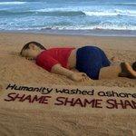 """فنان هندي قام بصناعة مجسم منحوت من الرمل للطفل السوري """"آلان"""" في شاطئ بوري شرق الهند تضامنا مع الحادثة ومع اللاجئين http://t.co/4evXOCIuym"""