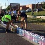 Macaristandan yola çıkan Suriyeli mültecilerin yollarına halk yiyecek ve içecek koyalı birkaç saat oldu. http://t.co/DEMFLPTqpc