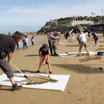 على شواطئ بريطانيا قاموا برسم 9000 صورة على الترمل تضامناً مع اللاجئين ...! #غرق_طفل_سوري http://t.co/vLw1EDKvNH