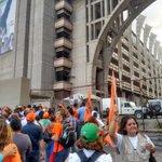 Desde las afueras del palacio de INJUSTICIA nos encontramos gritándole a @leopoldolopez consignas de LIBERTAD http://t.co/KFEgnU9rMe