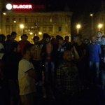 Flüchtlinge organisieren sich gegen Hooligans. Sie bringen Frauen und Kinder weg und bilden Menschenketten. #Keleti http://t.co/K7JTTFeZqm
