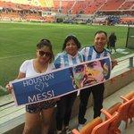 """#VamosArgentina """"Houston ama a #Messi"""": así se vive la previa en el estadio http://t.co/VUVcXPHRnM http://t.co/xvHWkx1W0l"""