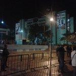 7:49pm Audiencia de Leopoldo Lopez en receso. Comienza a las 8pm. Así lucen las afueras de palacio a esta hora http://t.co/UTihjQCkK7