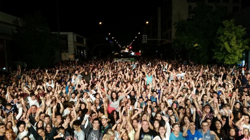 Més de 10.000 ben parits reunits a una altra nit Flaixbac #VaparirTour2015 !!!! SABADEEEEEELLLLL!!!!!! http://t.co/4Wtom2VcJx