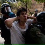 Ahí esta Marco Coello luego de poner el pecho como muchos no hicieron. ¿Quién es digno de criticarlo por huir? http://t.co/1sh0g59OIX