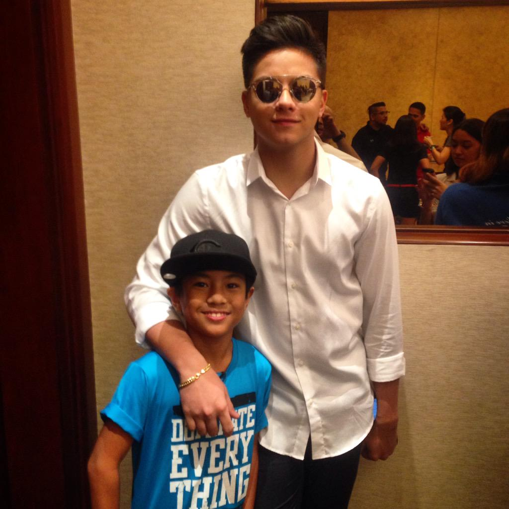 Izzy and @imdanielpadilla waiting to meet @StephenCurry30 #DJPMeetsStephCurry #UARoadShowManila http://t.co/ecMlLhhxR1