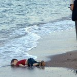 Aylan Kurdi, niño sirio de 3 años apareció muerto en playa de Turquía por naufragio de barco que iba a isla griega http://t.co/Z3y3NPLLjC