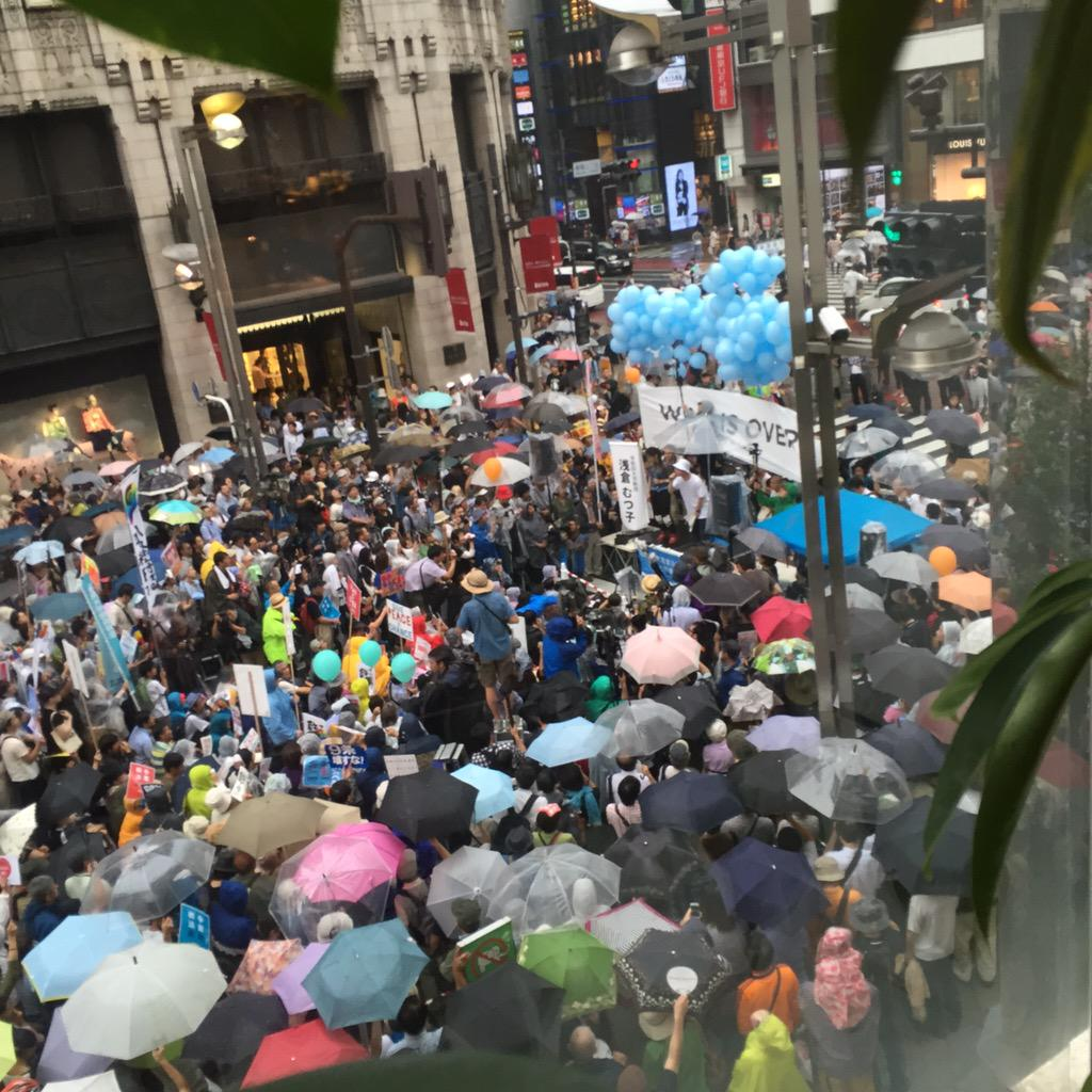 雨の中、たくさんの人が集まってすんげえパワーだった。皆さん風邪ひかないように。 そして、SEALDsと即興でぶっかましたコール+人力ビートで多くの人が振り返ってくれていたらいいな! #0906SEALDs新宿ジャック #SEALDs http://t.co/cgdKS4poAQ