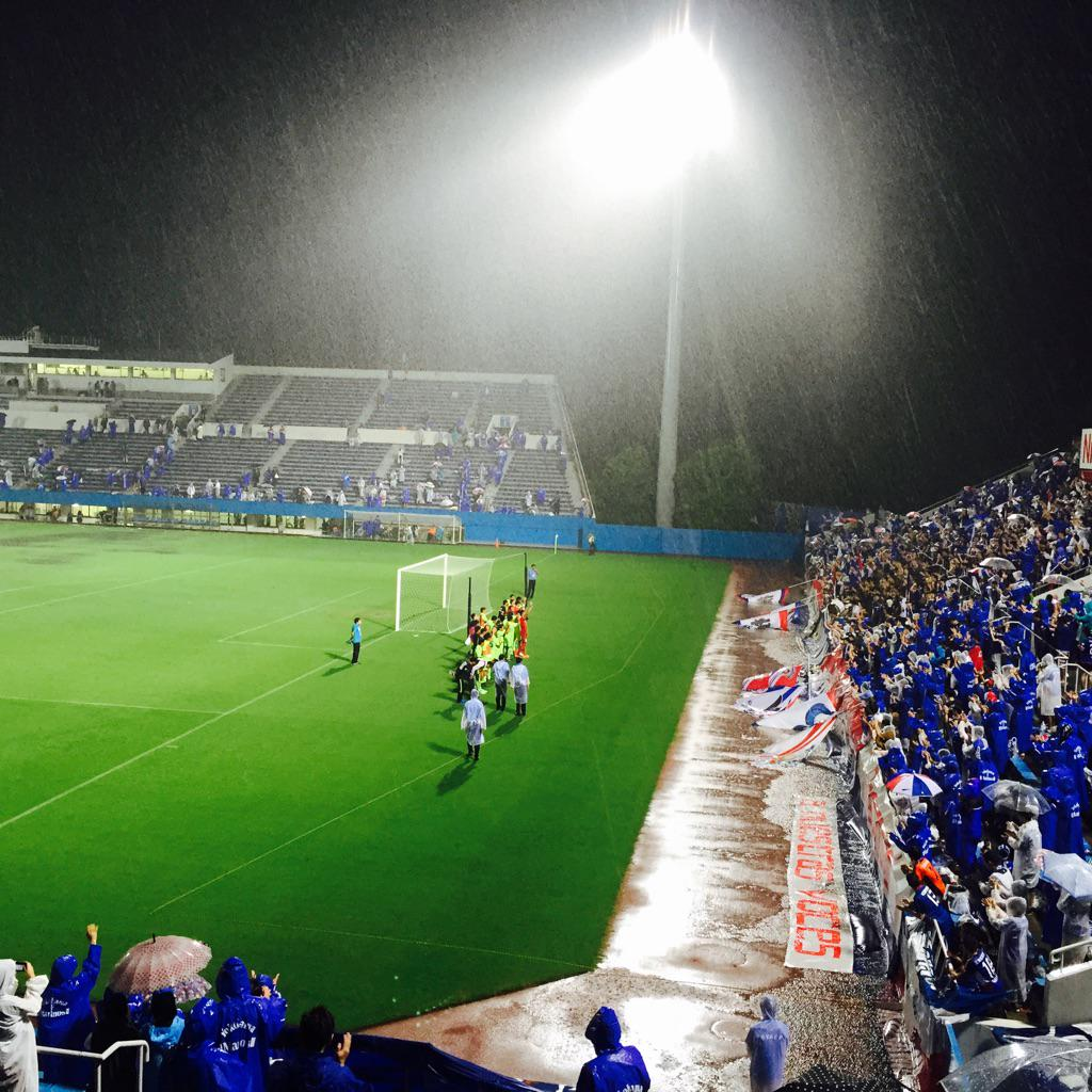 MIOびわこ滋賀の選手の皆さんも揃ってマリノスゴール裏まで。ありがとうございます!! http://t.co/zjTewKUsMN