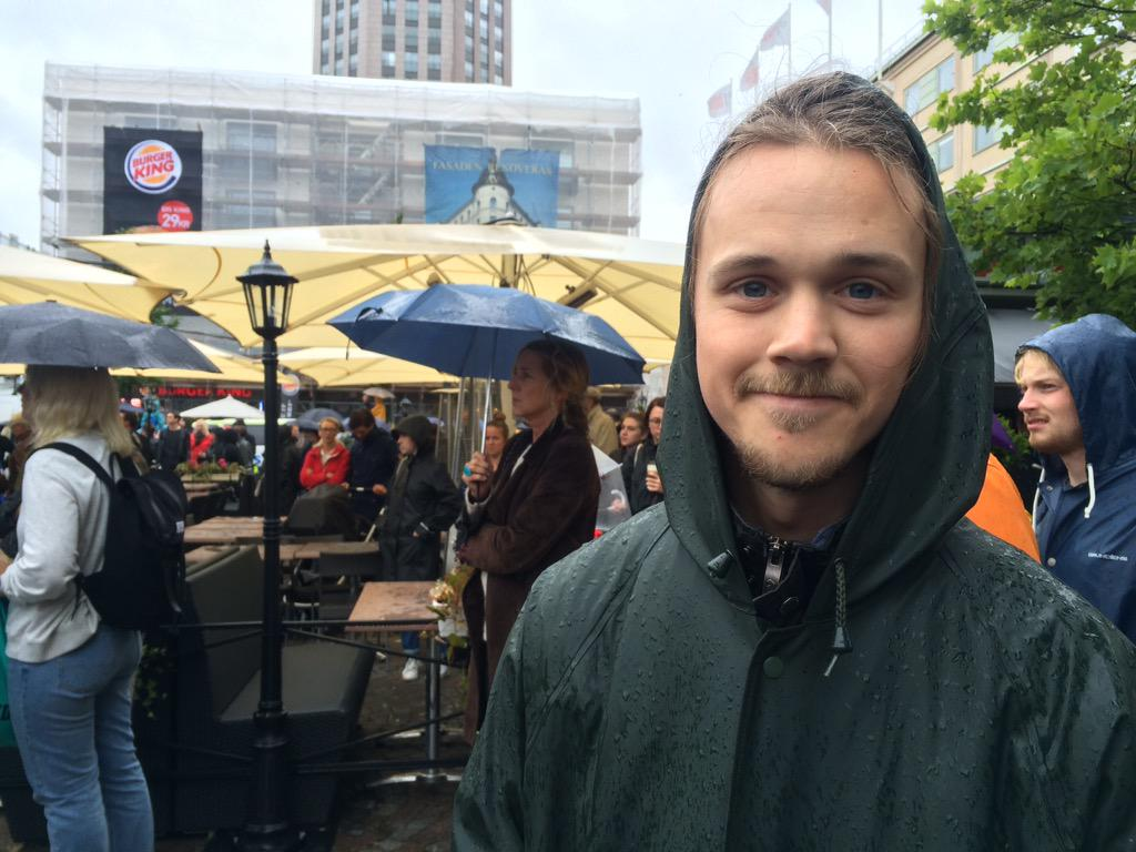 """""""It's cold and wet but it's warm inside"""" says Anders Lindh, 20, pointing to his heart #refugeeswelcome #Stockholm http://t.co/QEne8Z0xLK"""
