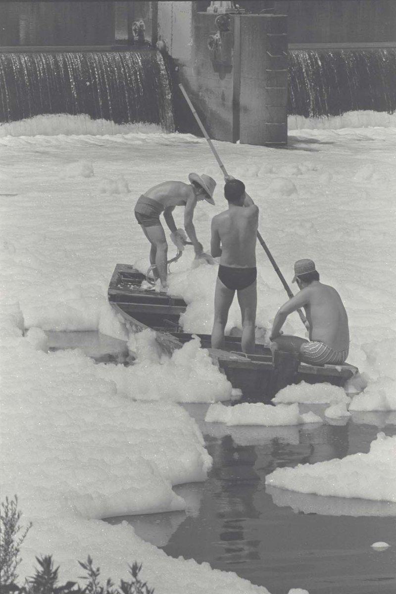 【東京の昔の水辺】洗剤の泡の中で漁をする舟。当時は下水道の整備が追い付かず、また難分解性の「ハード洗剤」が多く使われていたため、泡が長期間残りました。(多摩川、昭和46年頃)(水環境担当)http://t.co/uAtTPrGDg7 http://t.co/82GmYhg2tj