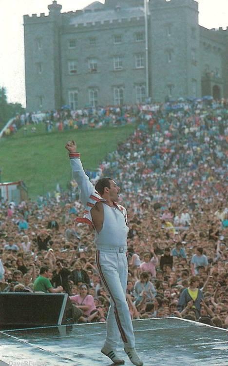 Freddie Mercury at Slane Castle, Ireland, 1986. http://t.co/Pl4YyNJcBa