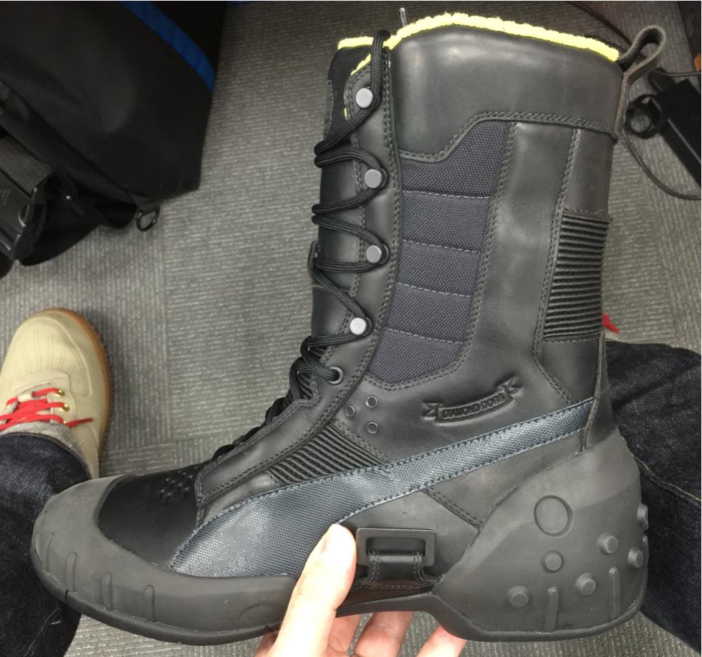 Final piece of my #MGSV goods has finally come. These Puma Sneaking Boots are sooooo cool! http://t.co/8cJ0gnwjF7