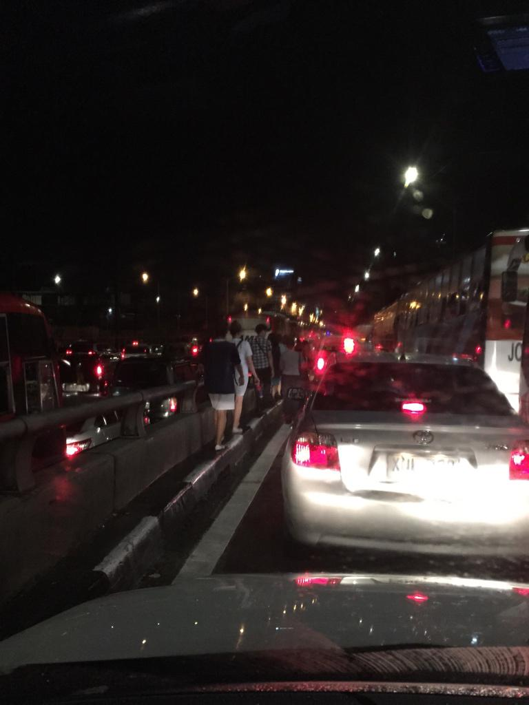 People are walking from Pasay Road Edsa to Magallanes... http://t.co/37RofDppXc
