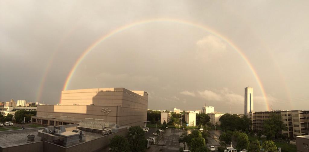 【市内上空に今も虹がかかっています】雨の中、大きな虹が市内上空にかかっています。写真では二重に虹がかかっているのが分かります。 http://t.co/rOHpVqVmJz